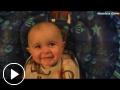 Bebé de 10 meses se emociona al oír a su madre cantando