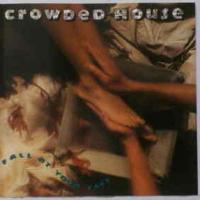 Canción 'Fall At Your Feet' interpretada por Crowded House